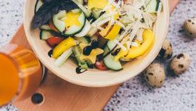 菜沙拉和汁液 图库摄影