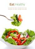 菜沙拉在一把白色弓和在叉子 免版税库存照片