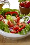 菜沙拉在一白色弓和l 免版税库存图片