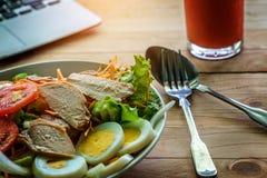 菜沙拉用切的鸡蛋和猪肉 免版税库存图片