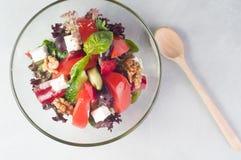 菜沙拉用在玻璃盘的希腊白软干酪 图库摄影