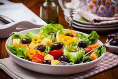 菜沙拉用橄榄 免版税库存图片