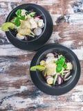 菜沙拉用萝卜、红叶卷心菜、黄瓜、pesto和芝麻 r 免版税图库摄影