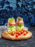 菜沙拉用蕃茄和黄瓜和玉米和莴苣 免版税库存图片