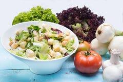 菜沙拉用蕃茄和莴苣在葡萄酒木头 库存照片