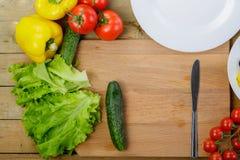 菜沙拉用蕃茄,大白菜 免版税库存照片
