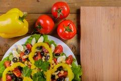 菜沙拉用蕃茄,橄榄,黄色胡椒,小狮子狗圆白菜 免版税库存照片