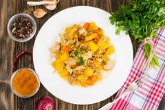菜炖煮的食物用在棕色背景的肉 库存照片
