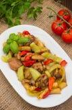 菜炖煮的食物用肉 木背景 顶视图 特写镜头 库存图片