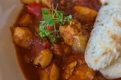 菜炖牛肉汤自创关闭 炖煮的食物用新鲜的敬酒的面包 g 库存图片