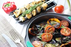 菜烤了平底锅油煎的茄子和蕃茄 库存图片