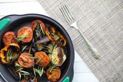 菜烤了平底锅油煎的茄子和蕃茄 免版税库存图片