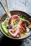 菜用面条和章鱼 免版税库存图片
