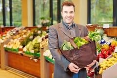 菜的人购物在超级市场 免版税库存图片