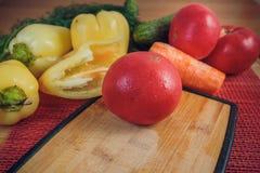 菜的分类,新鲜的蕃茄,胡椒,荷兰芹,红萝卜 免版税库存照片