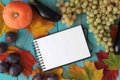 菜的笔记本和构成在蓝色木书桌上的 免版税图库摄影