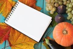 菜的笔记本和构成在蓝色木书桌上的 免版税库存照片