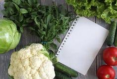 菜的纸叶子和构成在灰色木书桌上的 免版税库存照片