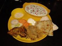 菜盘服务与鸡khubus roti和酸辣调味品和蛋黄酱 库存图片