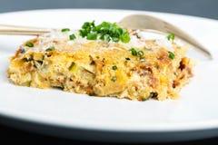 菜砂锅用乳酪和香葱 库存照片
