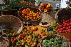 菜篮子在市场上 库存照片