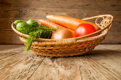 菜篮子在木桌上的 免版税库存图片