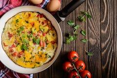 菜肉馅煎蛋饼用土豆、乳酪和胡椒 库存照片