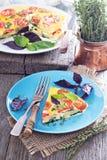 菜肉馅煎蛋饼用蕃茄、草本和土豆 免版税库存图片