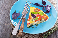 菜肉馅煎蛋饼用蕃茄、草本和土豆 图库摄影