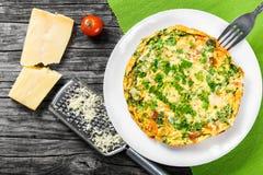 菜肉馅煎蛋饼用deviled鸡蛋、乳清干酪、葱、蕃茄和甜椒 库存照片