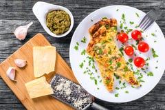 菜肉馅煎蛋饼用deviled鸡蛋、乳清干酪、葱、蕃茄和甜椒 免版税库存图片