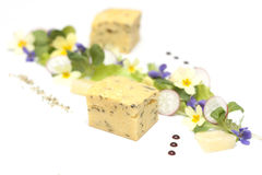 菜肉馅煎蛋饼盘用在白色板材的沙拉 库存图片