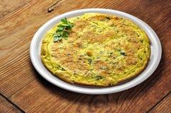 菜肉馅煎蛋饼-意大利煎蛋卷用荷兰芹和巴马干酪 免版税图库摄影