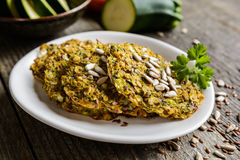 菜薄煎饼用夏南瓜、红萝卜、chia、亚麻籽和燕麦粥 库存照片