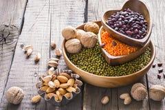 菜蛋白质的来源 各种各样的豆类和坚果的汇集 库存照片