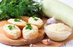 菜鱼子酱,夏南瓜传播 敬酒的面包用菜鱼子酱 库存照片