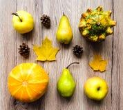菜,果子,秋叶,锥体的时髦的构成 在木背景的顶视图 秋天舱内甲板位置 库存图片