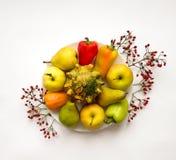 菜,果子,秋天莓果的时髦的构成 在空白背景的顶视图 秋天舱内甲板位置 库存照片