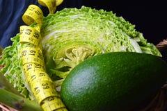 菜:圆白菜、鲕梨、芦笋和测量的米 库存图片