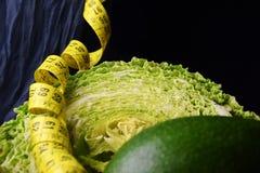 菜:圆白菜、鲕梨、芦笋和测量的米 库存照片