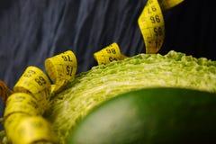 菜:圆白菜、鲕梨、芦笋和测量的米 图库摄影