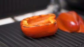 菜:茄子和黄色保加利亚胡椒在electrogr 夹子 特写镜头 适当的营养家庭烹饪 夹子 股票视频