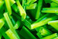 菜绿色无头甘蓝是在一个碗的片断有在t的空的空间的 库存图片