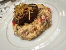 菜risoto用牛肉和酥脆葱 库存照片