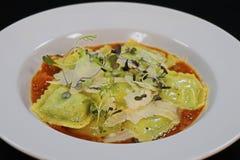 菠菜和乳清干酪乳酪馄饨用番红花西红柿酱 库存图片