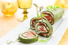 菠菜和熏制鲑鱼卷 免版税库存图片