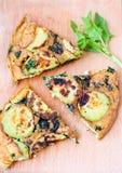 菠菜和绿皮胡瓜菜肉馅煎蛋饼 免版税库存图片
