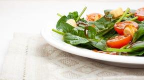 菠菜和蕃茄樱桃沙拉 免版税库存图片