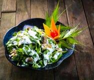 菠菜在木背景的沙拉食谱 免版税库存图片