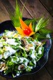 菠菜在木背景的沙拉食谱 免版税库存照片